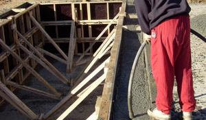 Пълнене на басейн с бетон